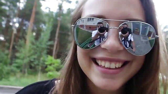 豪華なボディを持つ女性は、最初の人でポーズをとる 女 用 アダルト 動画